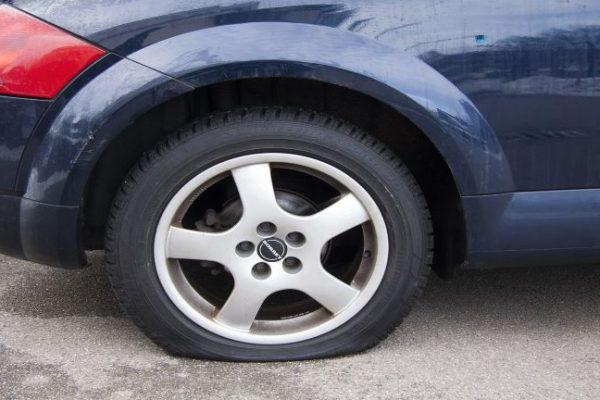 Помощ при смяна на спукана гума